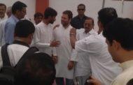 अमेठी में कार्यकर्ताओं से मुलाकात के दौरान टेंट गिरा, बाल-बाल बचे राहुल