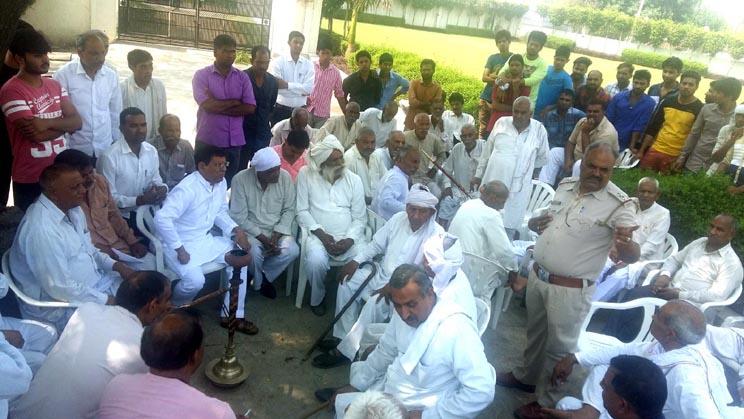 फरार आरोपी की गिरफ्तारी को लेकर भाजपा नेता से मिले ग्रामीण