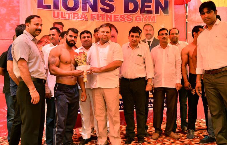 मंत्री पुत्र विजय प्रताप सिंह ने किया रजत पदक विजेता को सम्मानित