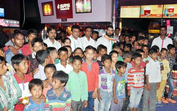 विकास चौधरी ने गरीब बच्चों के साथ मूवी देखकर मनाई स्व. राजीव गांधी की पुण्यतिथि