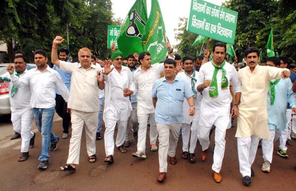 फसल बीमा योजना के विरोध में इनेलो कार्यकर्ताओं ने किया विरोध-प्रदर्शन