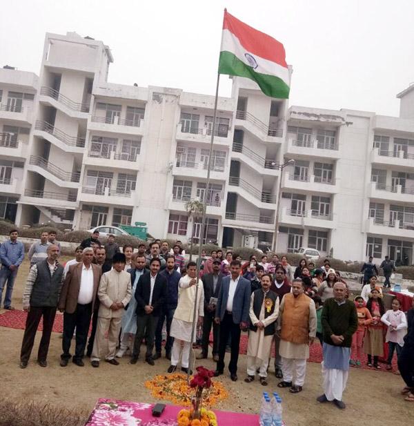 भाजपा प्रत्याशी राजेश नागर ने ध्वजारोहण करके लोगों को दी शुभकामनाएं