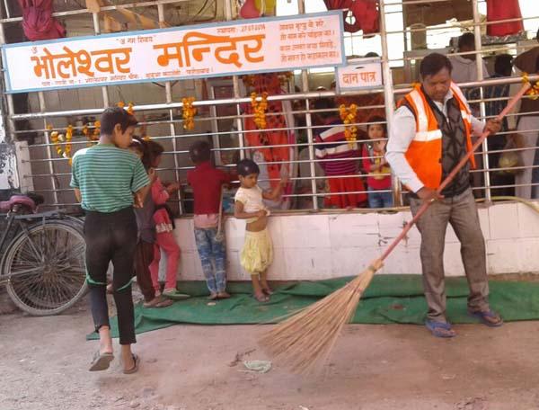 शहर के मंदिरों में नगर निगम का स्वच्छता अभियान