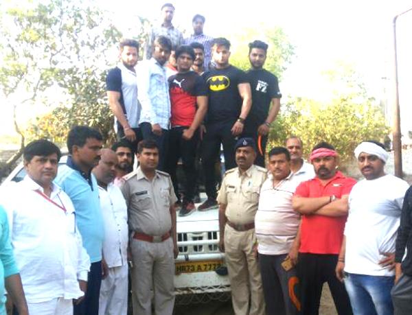 गौरक्षकों ने पुलिस की मदद से गौवंश से भरी हुई पिकअप गाड़ी पकड़ी