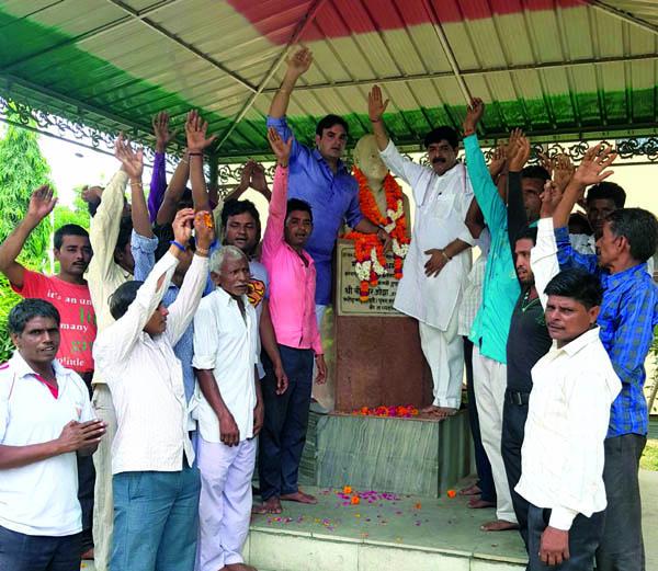 कांग्रेसियों ने मनाया पूर्व प्रधानमंत्री  राजीव गांधी का जन्मदिवस