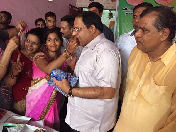 उद्योग मंत्री विपुल गोयल ने स्लम की महिलाओं के साथ मनाया रक्षाबंधन