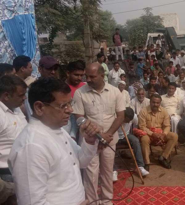 चलो गांव की ओर के तहत चांदपुर में पहुंचे भाजपा नेता