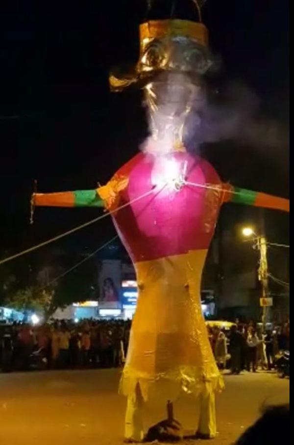 श्री बांके बिहारी मंदिर के प्रधान ललित गोस्वामी ने किया रावण दहन।