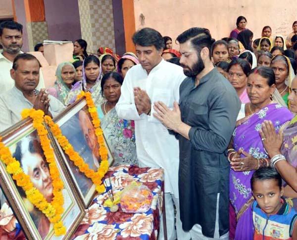 कांग्रेसियों ने आशा वर्करों के साथ मनाई स्व. इंदिरा गांधी की पुण्यतिथि