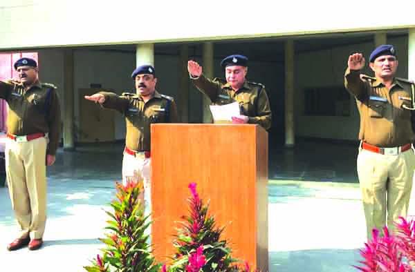 संविधान दिवस मौके पर पुलिस अधिकारियों एवं कर्मचारियों ने ली शपथ।
