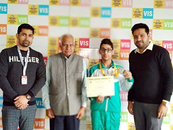छात्र ने किक बॉक्सिंग में जीता पदक