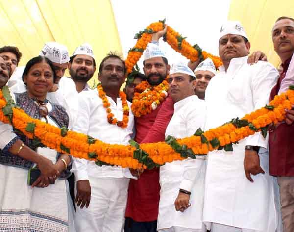 गिर्राज शर्मा सहित अन्य हजारों समर्थक आप में शामिल