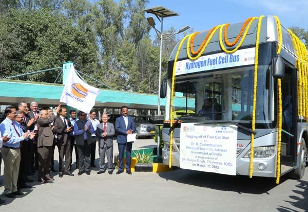 इंडियन ऑयल केंद्र ने किया पहले हाइड्रोजन  फ्यूल सेल बस को झंडी दिखा कर रवाना