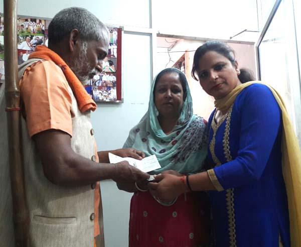 बाबा रामकेवल ने की कैंसर पीडित युवती की मदद