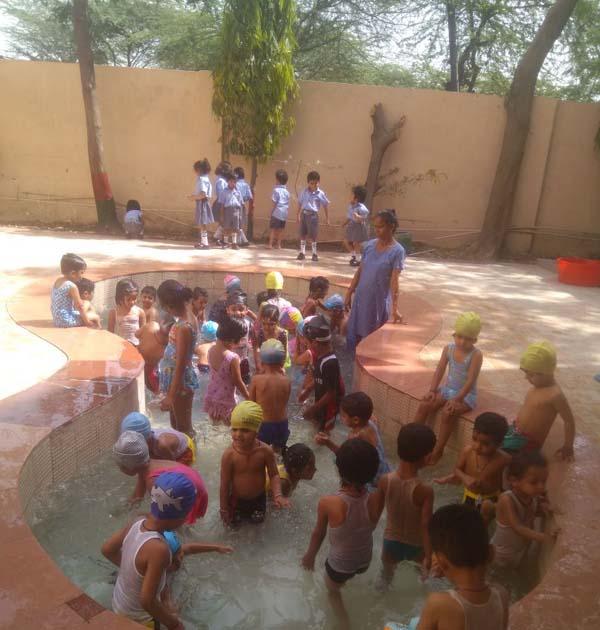 सूरजकुंड इंटरनेशनल स्कूल में  नन्हे मुन्ने बच्चो के लिए स्प्लैश पूल एक्टिविटी का आयोजन