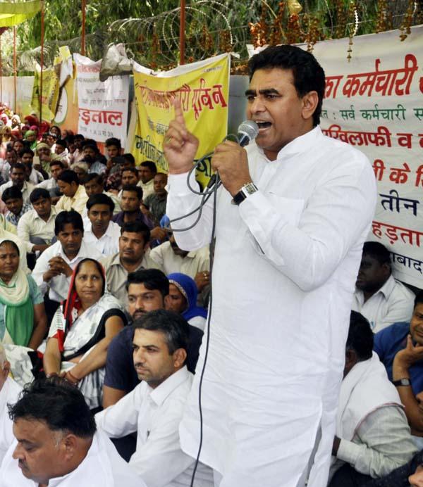 कर्मचारियों के अधिकारों का हनन कर रही भाजपा सरकार : ललित नागर