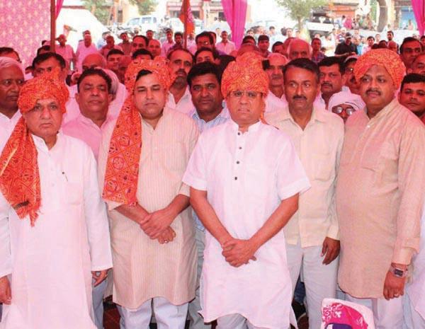 वरिष्ठ नेता राजेश नागर का पगडी पहनाकर स्वागत