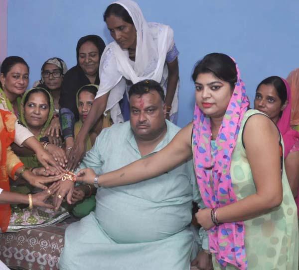 महिला कार्यकर्ताओं के बुलावे पर राखी बंधवाने पहुंचे लखन सिंगला