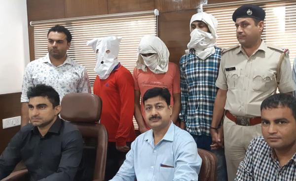 अपराध शाखा सेक्टर 30 ने तीन आरोपियों को किया गिरफ्तार।
