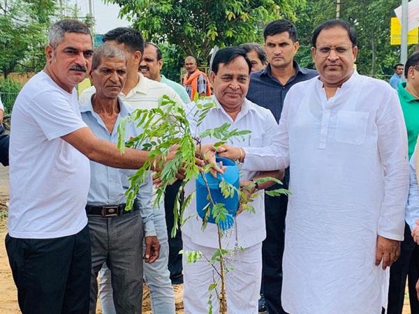 कैबिनेट मंत्री ने पौधे लगाकर किया वृक्षारोपण का शुभारंभ।
