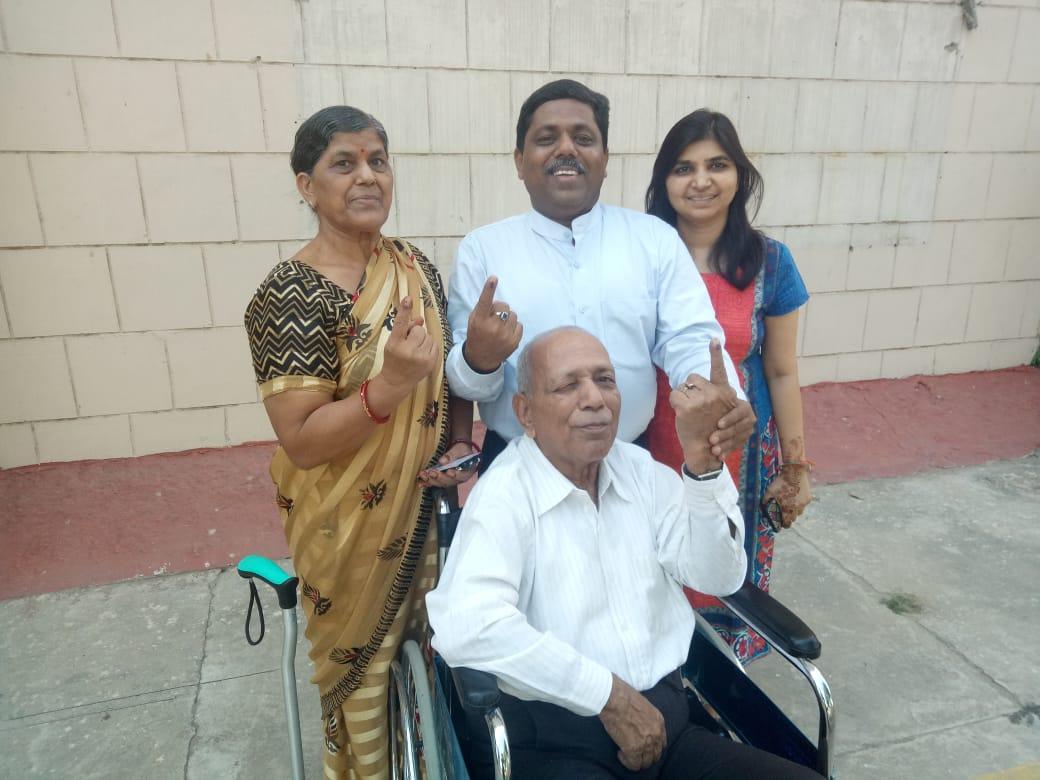 Ca तरुण गुप्ता ने किया परिवार सहित मतदान