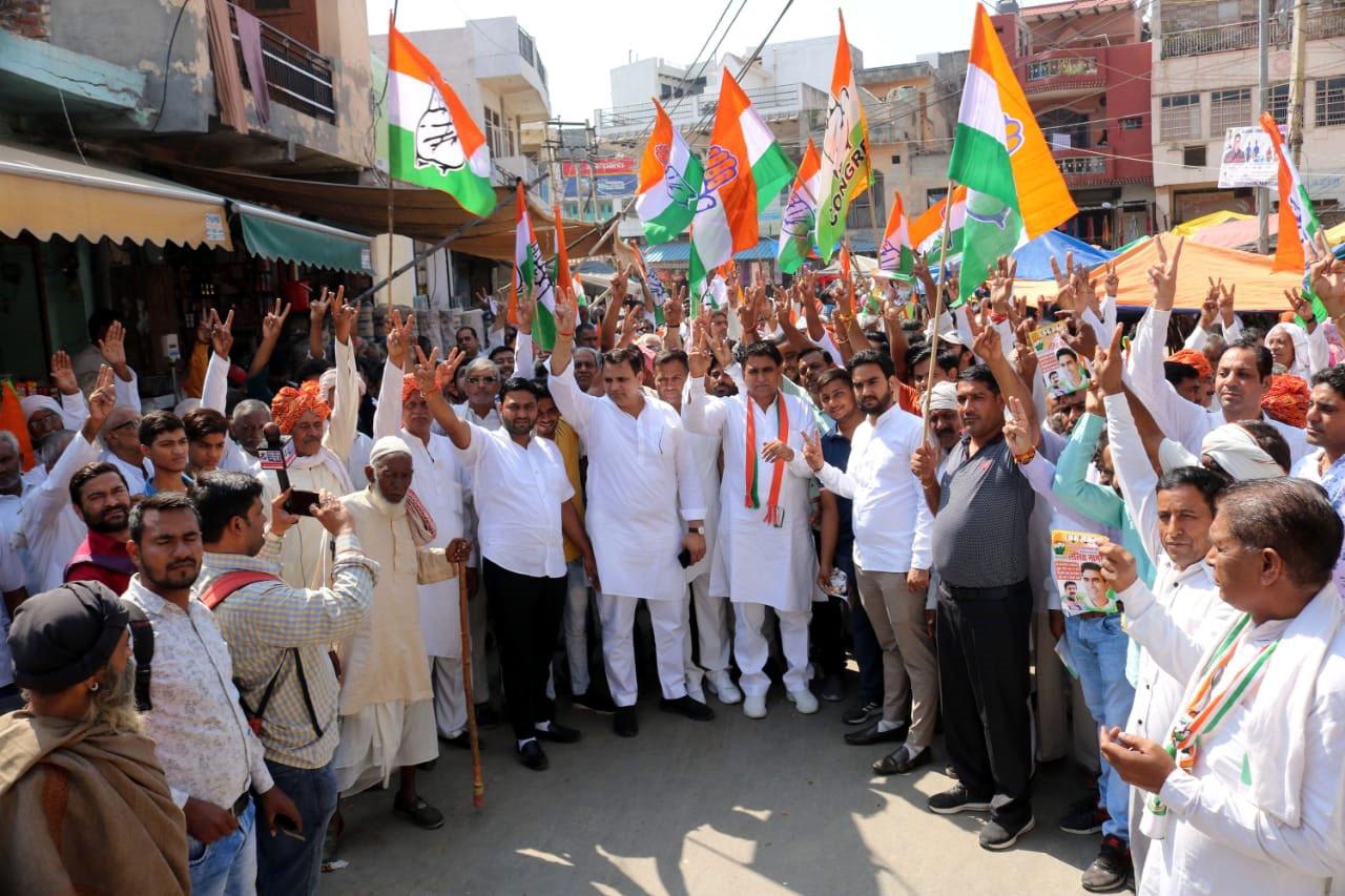 गांव तिगांव की पदयात्रा में कांग्रेस प्रत्याशी ललित नागर पर उमड़ा जनता का प्यार